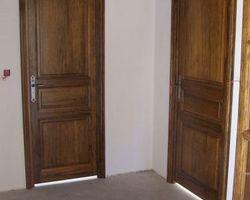 Portes intérieures en fraké teinté et vernis
