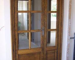 Porte intérieure vitrée en fraké teinté et vernis