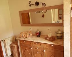 Meuble de salle de bains en chêne rustique parements travertin