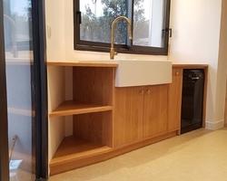 Meuble et plans de travail en chêne pour intégration d'un évier céramique et d'un lave vaisselle