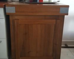 Meuble de cuisine style billot en noyer. Un tiroir intégré dans le dessus et deux tiroirs en dessous