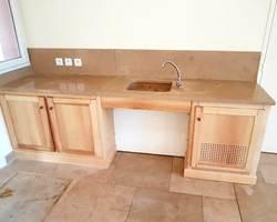 Meuble en frêne naturel avec intégration de machine à glaçons et lave mains