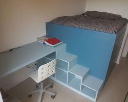 Lit plateforme avec bureau et bibliothèque Placards intégrés sous le lit Bibliothèque escalier Optimisation de l'espace