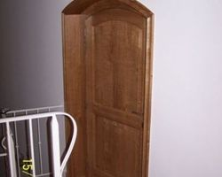 Porte intérieure cintrée en sapin teinté et vernis