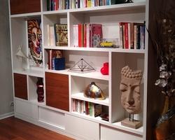 Bibliothèque en mélaminé blanc 30mm. Portes coulissantes en partie basse. Portes en mélaminé bois. Spots led intégrés