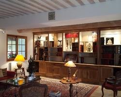 Bibliothèque en noyer massif style Louis Philippe avec éclairage et portes escamotables