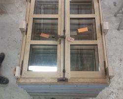 Fenêtre de style XVIIe - Chêne sablé et peint à l'extérieur - Fermeture par espagnolettes