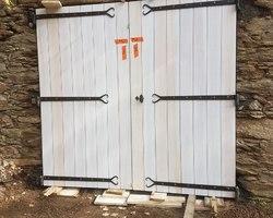 Portes de garage avec ferrures artisanales