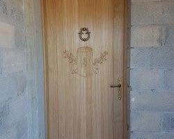 Porte d'entrée en chataigner avec sculpture décorative