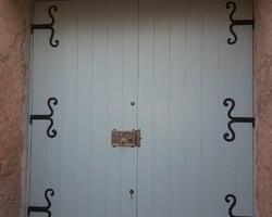 Porte de grange avec ferrures anciennes