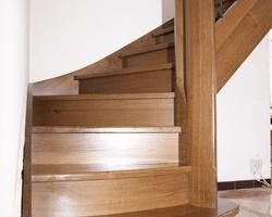 Escalier à noyau double quart tournant. Marches balancées Chêne teinté naturellement à l'ammoniaque