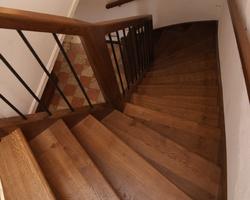 Escalier à noyau double quart tournant. Marches balancées. Balustres métalliques Chêne teinté naturellement à l'ammoniaque