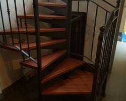 Habillage d'escalier métallique. Marches en sipo naturel