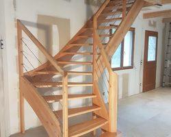 Escalier en mélèze - Garde  corps avec main courante en mélèze et cable inox