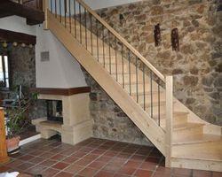 Escalier balancé quart tournant sur palier en cèdre naturel. Garde corps bois et balustres métalliques