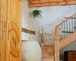 Escalier à noyau quart tournant sur palier en cèdre naturel. Garde corps bois et balustres métalliques