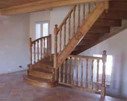 Escalier quart tournant sur palier  Marches balancées, garde corps balustres bois